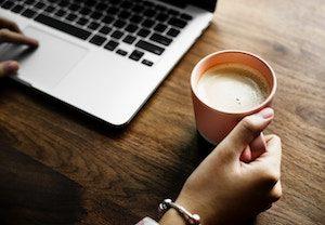 Kaffee trinken beim Surfen im Internet